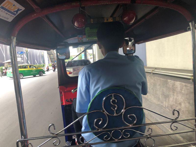 タイ女子旅でトゥクトゥクに乗る