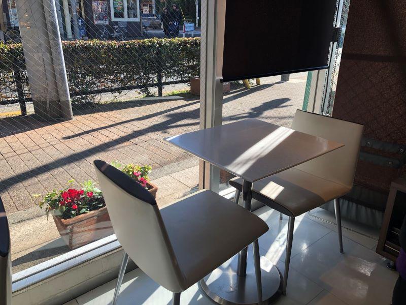 マプリエール イートイン 店内のテーブル席