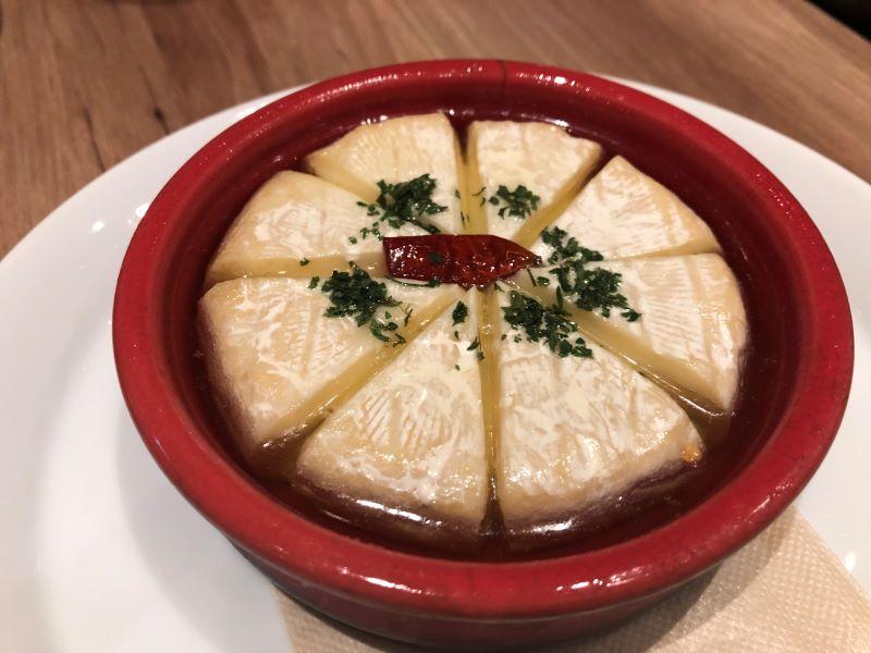 チーズキッチンラクレ新宿のカマンベールチーズのアヒージョ