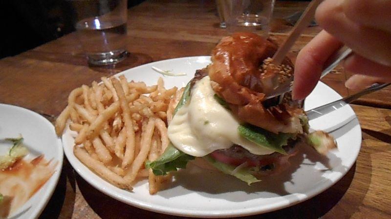ブルックリンパーラーのハンバーガーの食べ方